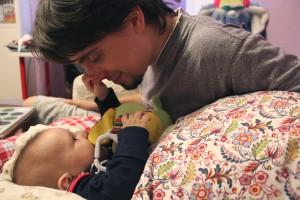 Сын научился хватать папу за нос